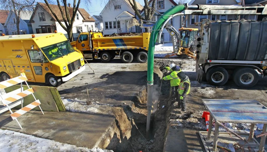 Milwaukee Public Works Department crews repair a break in the city-owned section of a lead service lateral in the 2100 block of S. 14th St. in 2016. (Angela Peterson/Milwaukee Journal Sentinel).