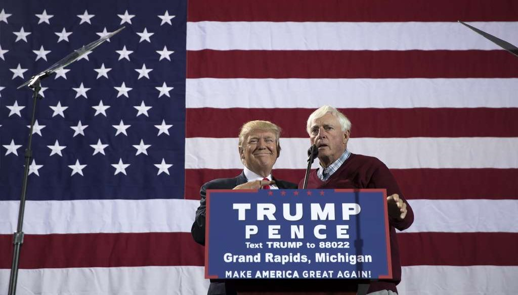 Former college basketball coach Bobby Knight speaks on Donald Trump's behalf during a campaign rally for the presidential candidate at the Deltaplex Arena in Grand Rapids, Mich., Oct. 31, 2016. (Stephen Crowley/The New York Times)