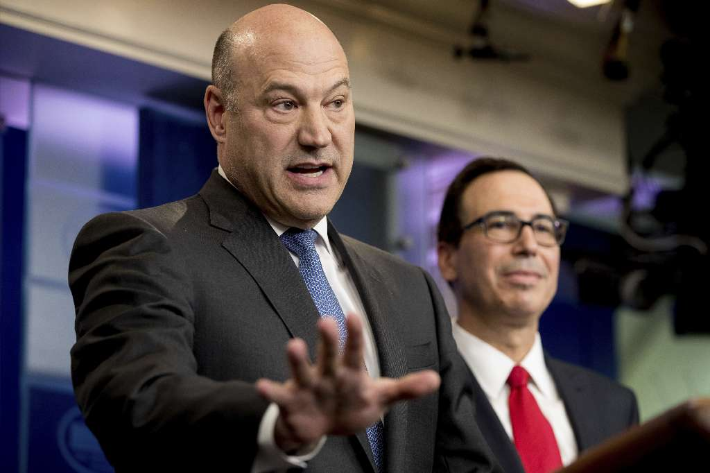 National Economic Director Gary Cohn, left, and Treasury Secretary Steve Mnuchin announce President Donald Trump's tax policy outline on April 26, 2017, in the White House. (AP photo)