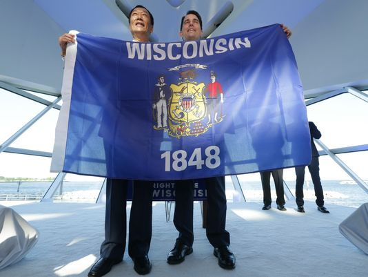 Foxconn chairman Terry Gou (left) and Wisconsin Gov. Scott Walker struck a deal aimed at bringing a Foxconn plant to the Badger State. (Mike De Sisti/Milwaukee Journal Sentinel)