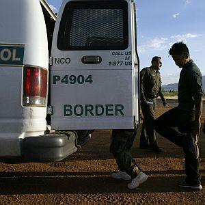 Un hombre, quien dijo ser de Chiapas, México, es detenido por la patrulla fronteriza en San Diego después de romper cerca fronteriza separando San Diego de Tijuana, México, el 26 de septiembre del 2017. (GREGORY BULL | Associated Press)