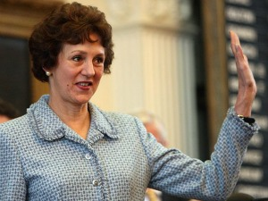 Susan Combs waves after her 2007 swearing-in as Texas state comptroller (Austin American-Statesman, Deborah Cannon).